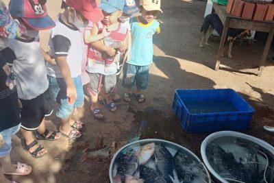 """học sinh tham quan trải nghiệm """"chợ"""" tại xã EaSiên"""